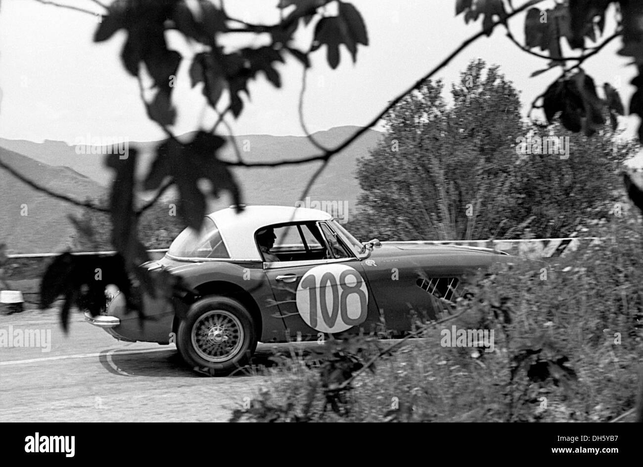 Timo Makinen-Paul Hawkins' Austin Healey 3000 racing in der Targa Florio, Sizilien 1965. Stockbild