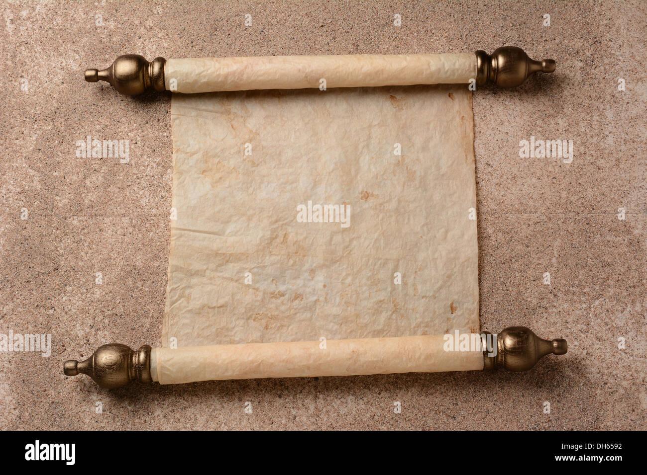 Fußboden Aus Papier ~ Eine schriftrolle von pergament auf einem sand bedeckten boden