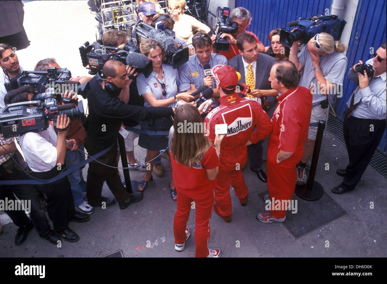 Michael Schumacher in einem Post-Rennen für Ferrari fahren interview 1999. Stockbild