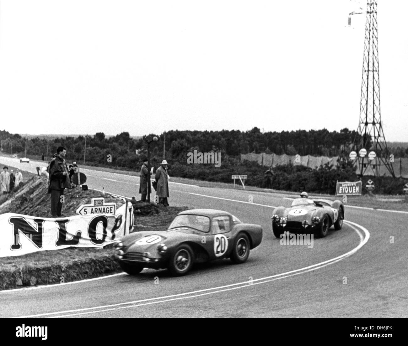 Peter Collins - Prinz Bira Aston Martin DB3S Coupe führt die Reg Parnell DB3S an Le Mans, Frankreich 1954. Stockbild