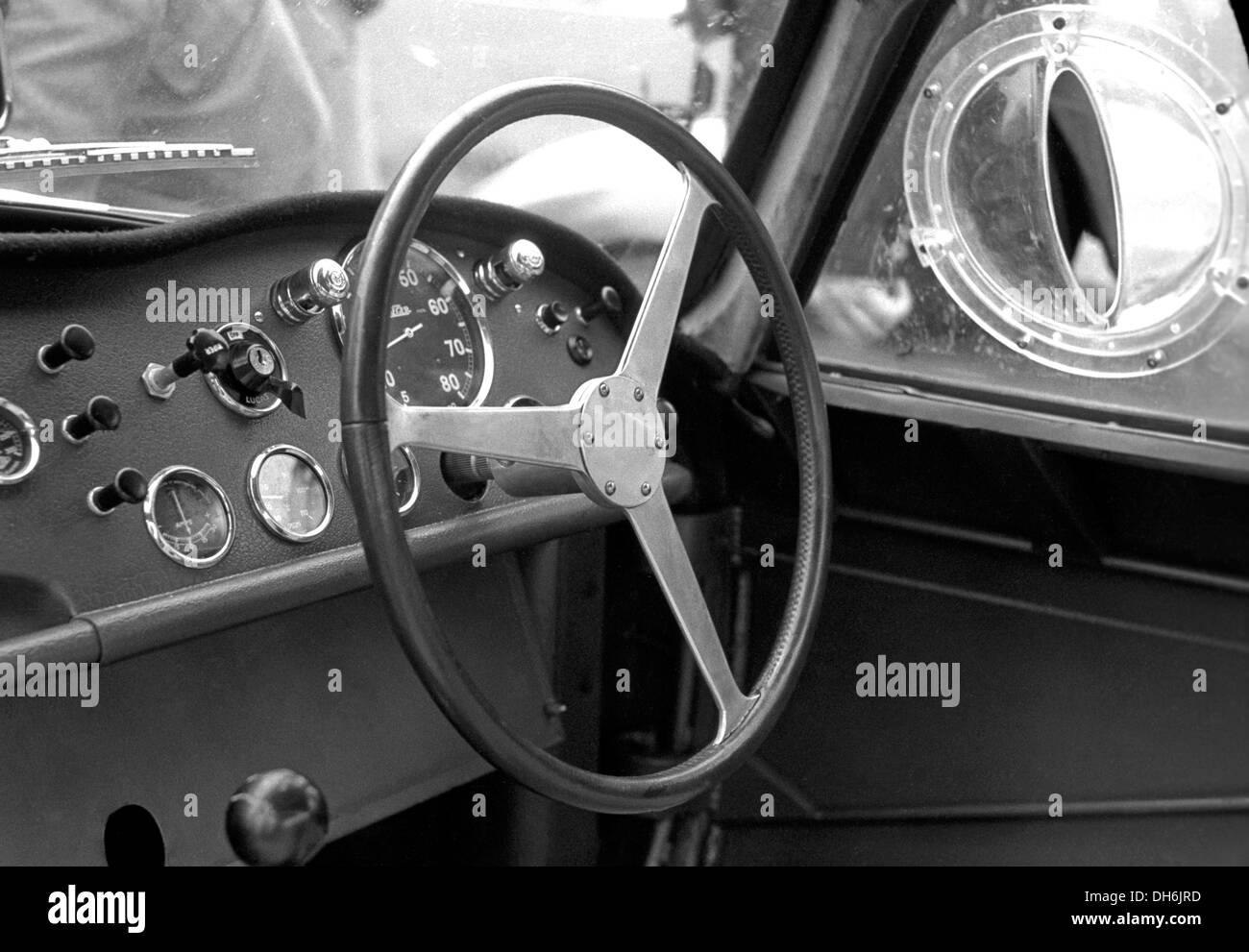 Innenraum eines Aston Martin DB3S Coupés in Silverstone, England 1954. Stockbild