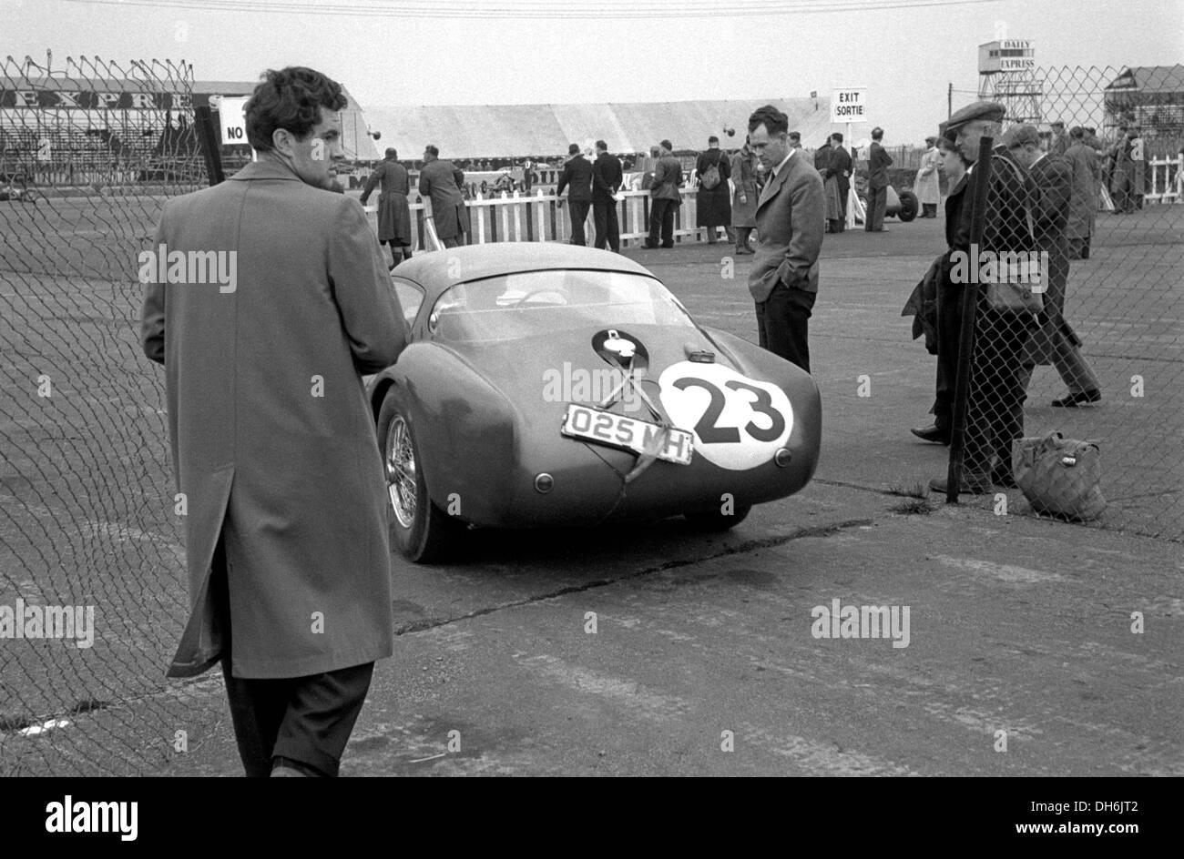 Roy Salvadori in seinem Aston Martin DB3S Coupe beendet 7. in Silverstone International Race, England 15. Mai 1954. Stockbild