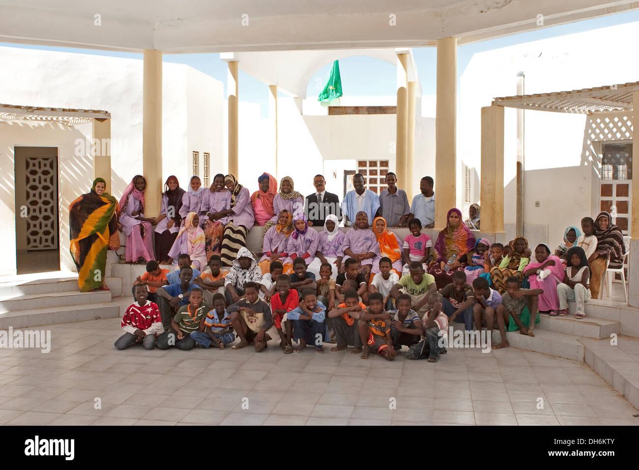 Schüler und Lehrer im Innenhof in der Schule für benachteiligte montiert und ausgesetzten Kindern, Nouakchott, Mauretanien Stockbild