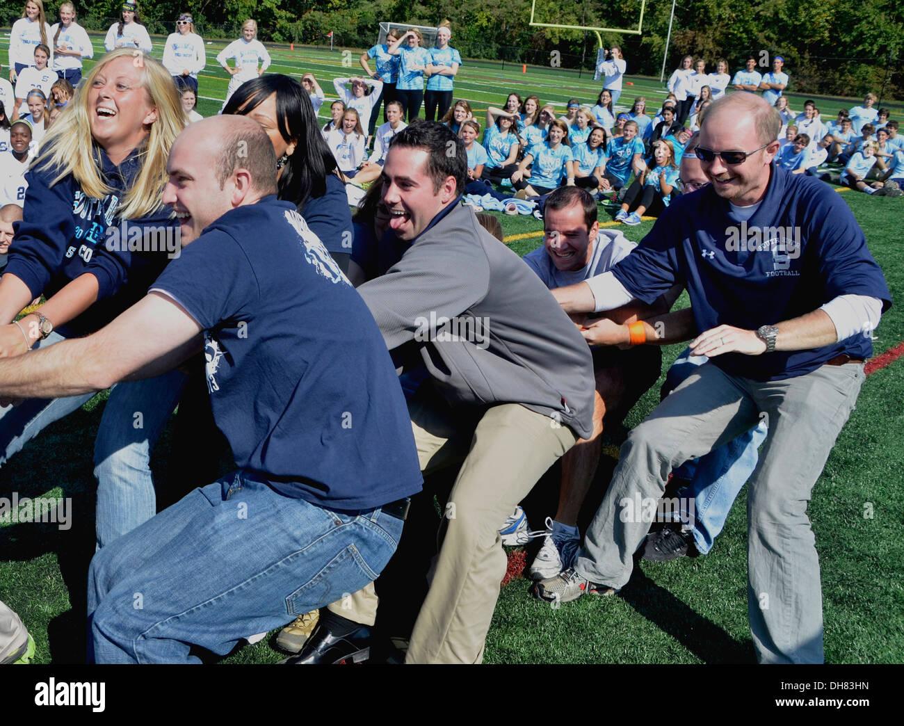 Lehrer spielen Tauziehen in einer Schulaktivität in Md Stockbild