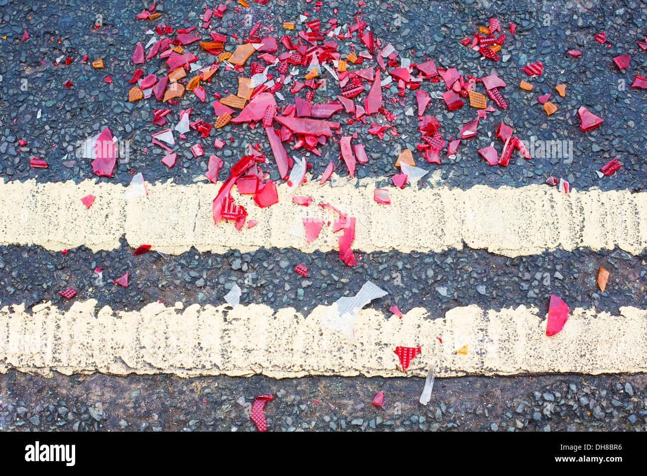 Glasscherben auf der Straße von Verkehrsunfall Stockbild