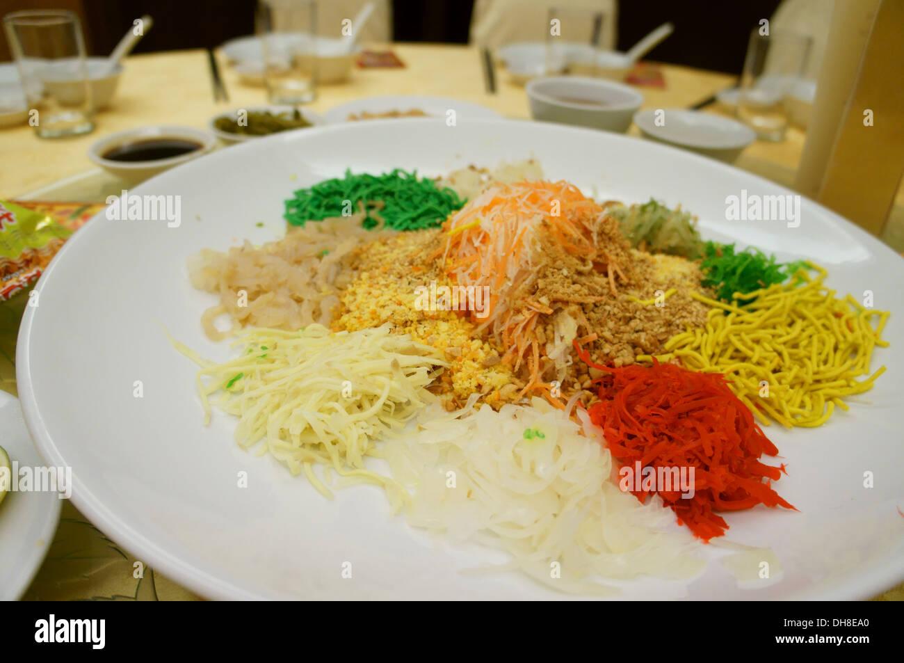 Yee sang oder Wohlstand zu werfen, Salat mit rohem Fisch, Chinese New Year im Süd-ostasiatischen Ländern feiern Stockbild