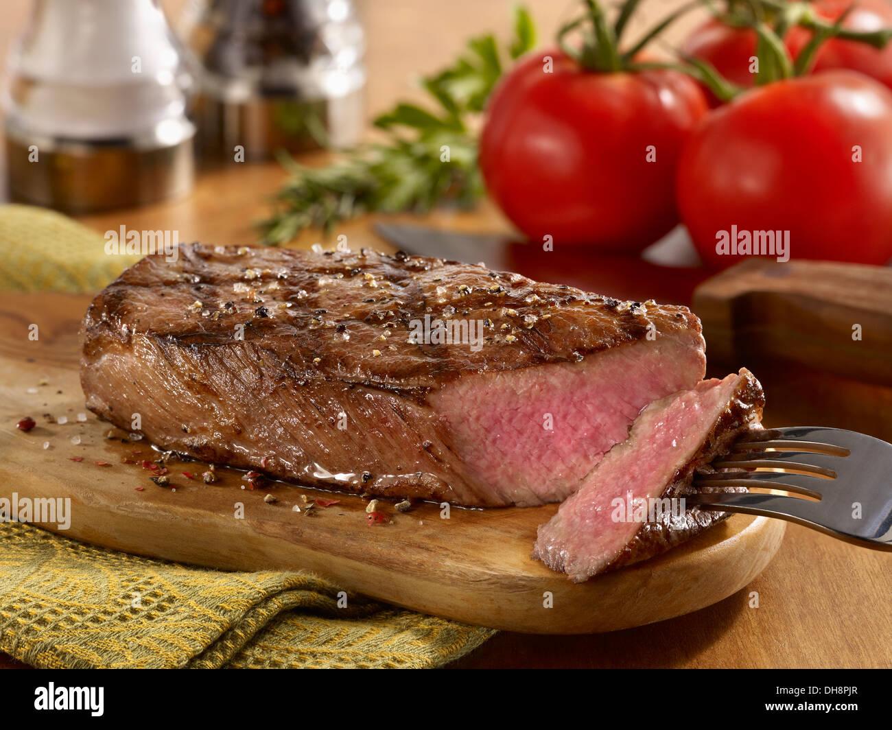 In Scheiben gegrillt Tri Tip Steak auf Schneidebrett Stockbild