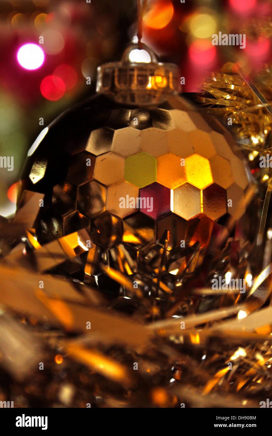 Disco Weihnachtskugel mit Lametta und Bokeh-Leuchten Stockfoto, Bild ...
