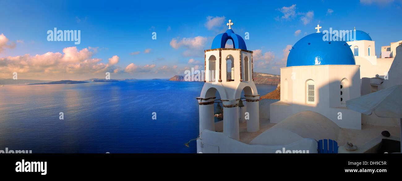 Oia (Ia) Santorini - blaue Kuppel byzantinische orthodoxe Kirchen, -griechischen Kykladen-Inseln Stockbild