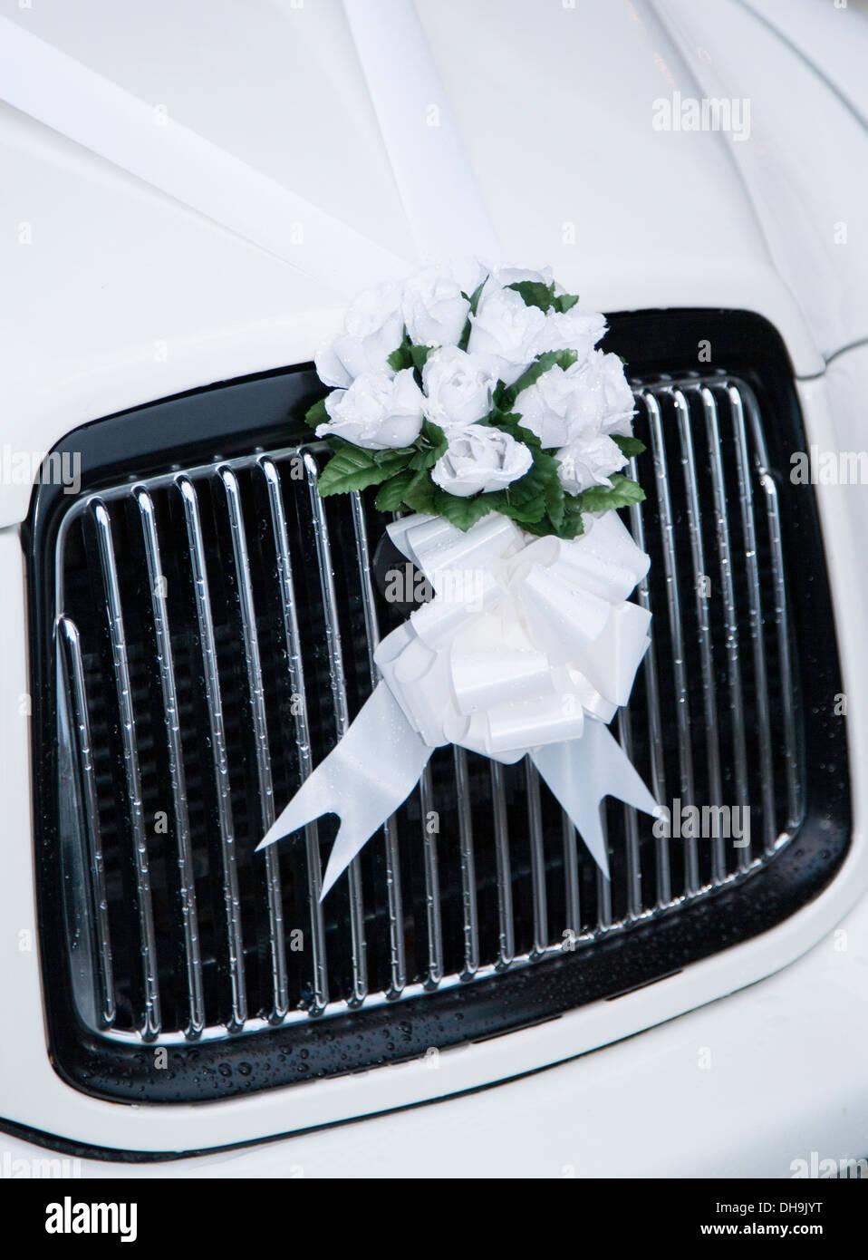 Weisse Hochzeitsblumen Auf Einem Auto Grill Stockfoto Bild 62292716