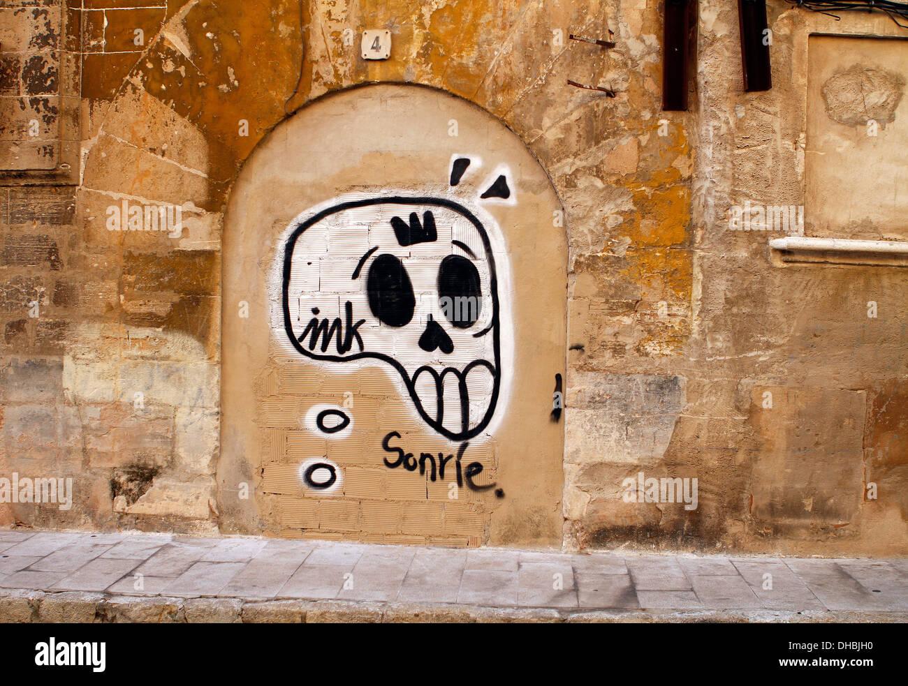 Straße Kunst gesehen in einer Wand in Palma de Mallorca, auf der spanischen Balearen-Insel. Stockbild