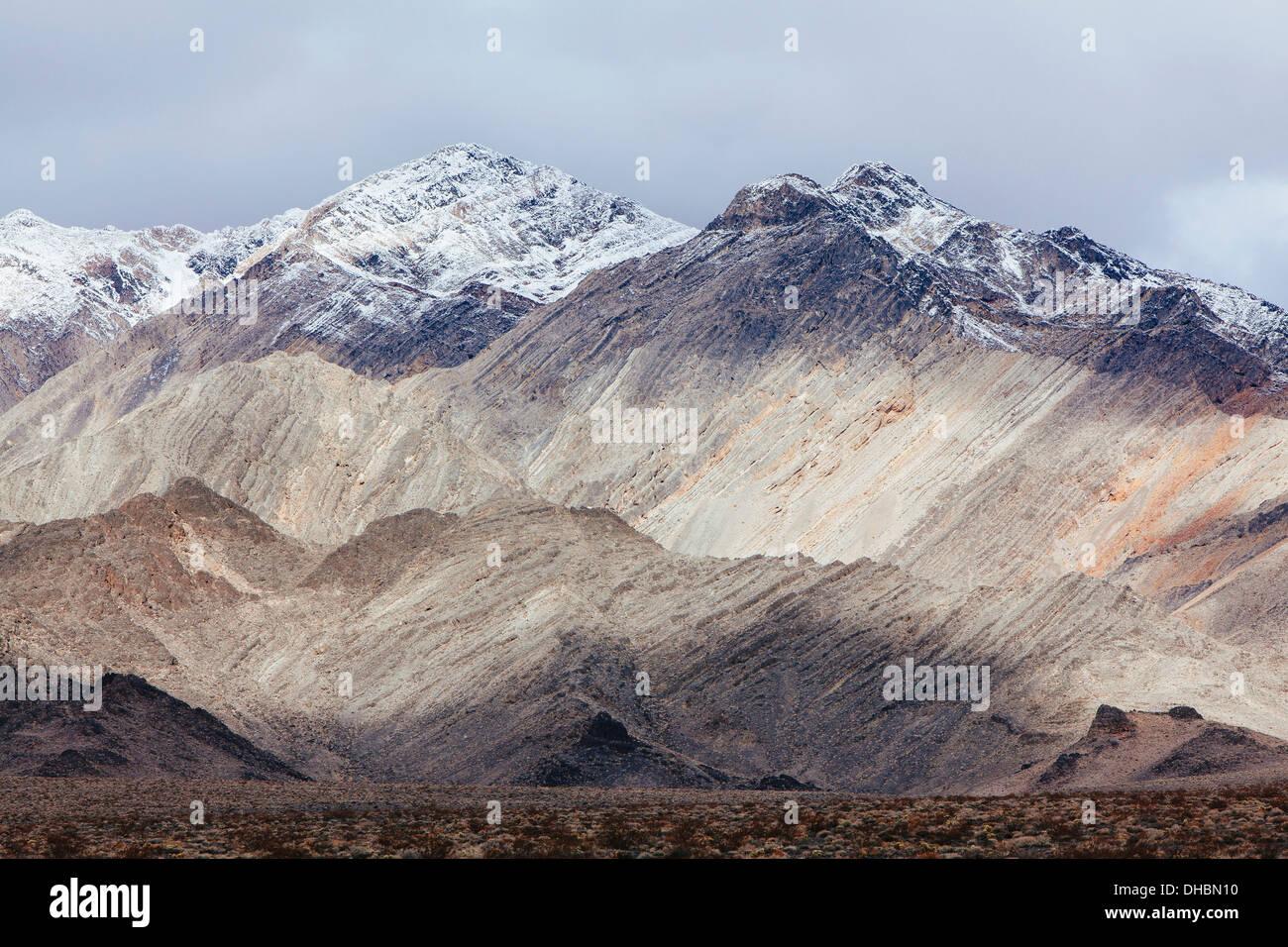 Schneebedeckte Berge und ominösen Himmel, Panamint Berge, Death Valley NP Stockbild