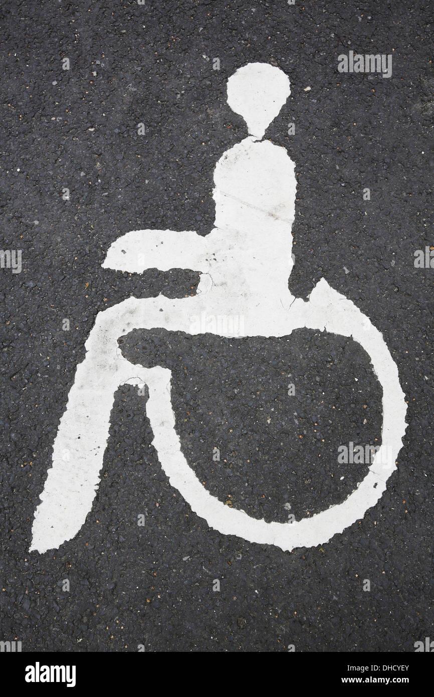 Deutschland, Nordrhein-Westfalen, Piktogramm Behindertenparkplatz auf asphalt Stockbild