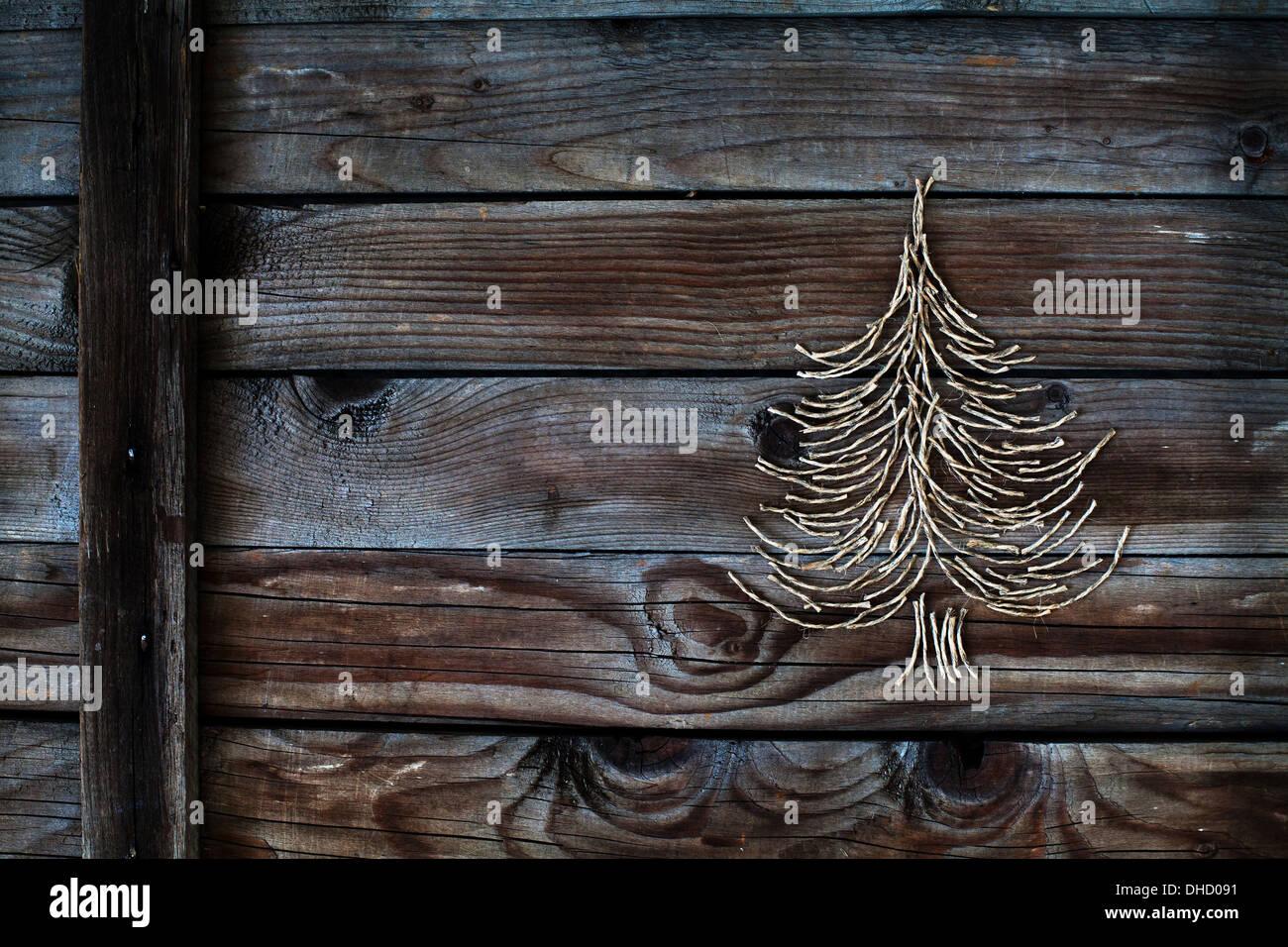 Weihnachtsbaum auf hölzernen Hintergrund, Neujahrskarte Stockbild