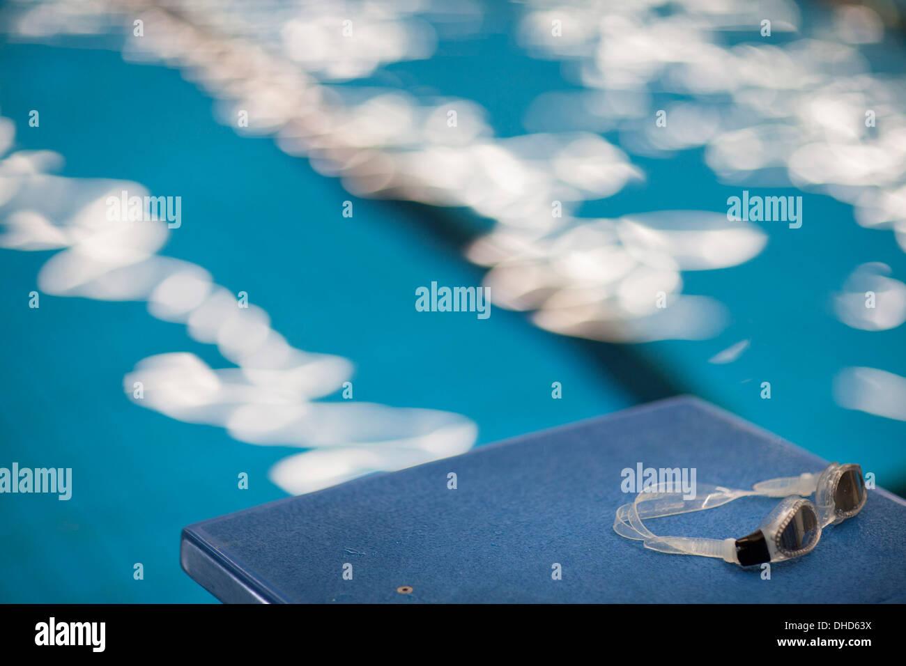 Schwimmbrille am Startblock Stockbild