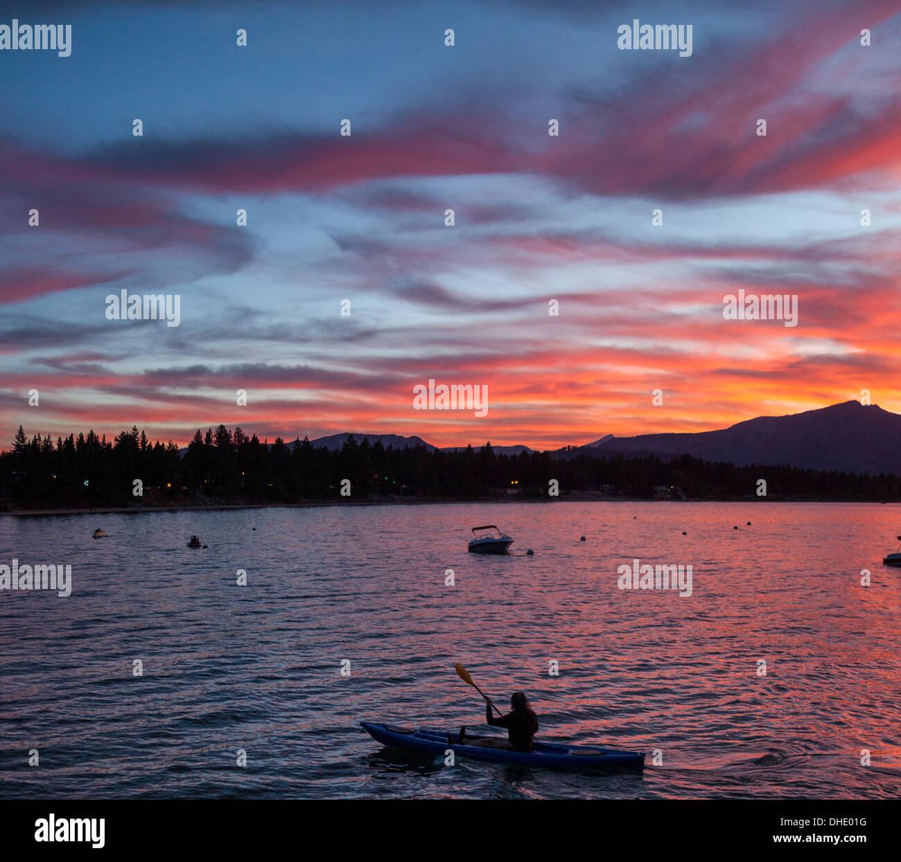 Kajakfahrer in Lake Tahoe bei Sonnenuntergang Stockbild