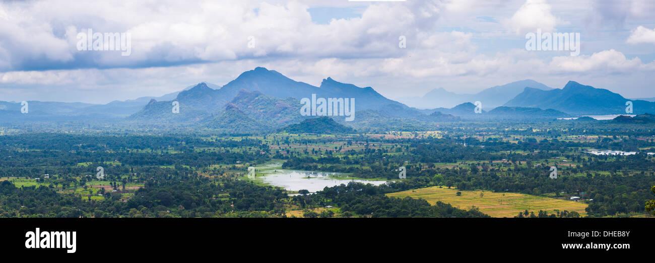 Berglandschaft, genommen von der Spitze der Felsenfestung Sigiriya (Lion Rock), Sri Lanka, Asien Stockbild