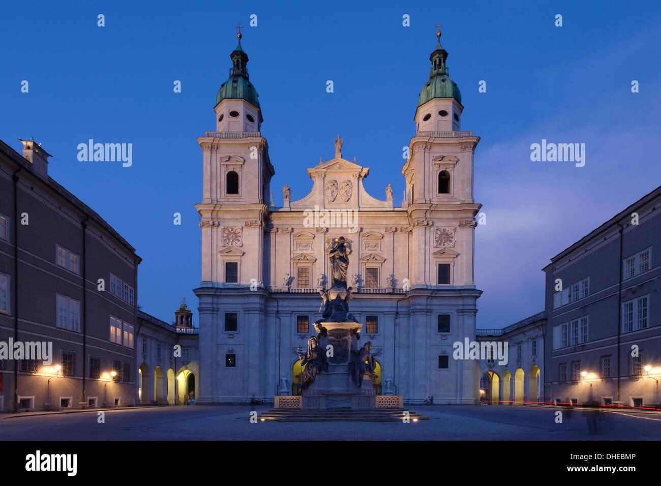 Platz der Domplatz mit Dom Kathedrale und Mariensaule Spalte in der Abenddämmerung, Salzburg, Salzburger Land, Österreich, Europa Stockbild