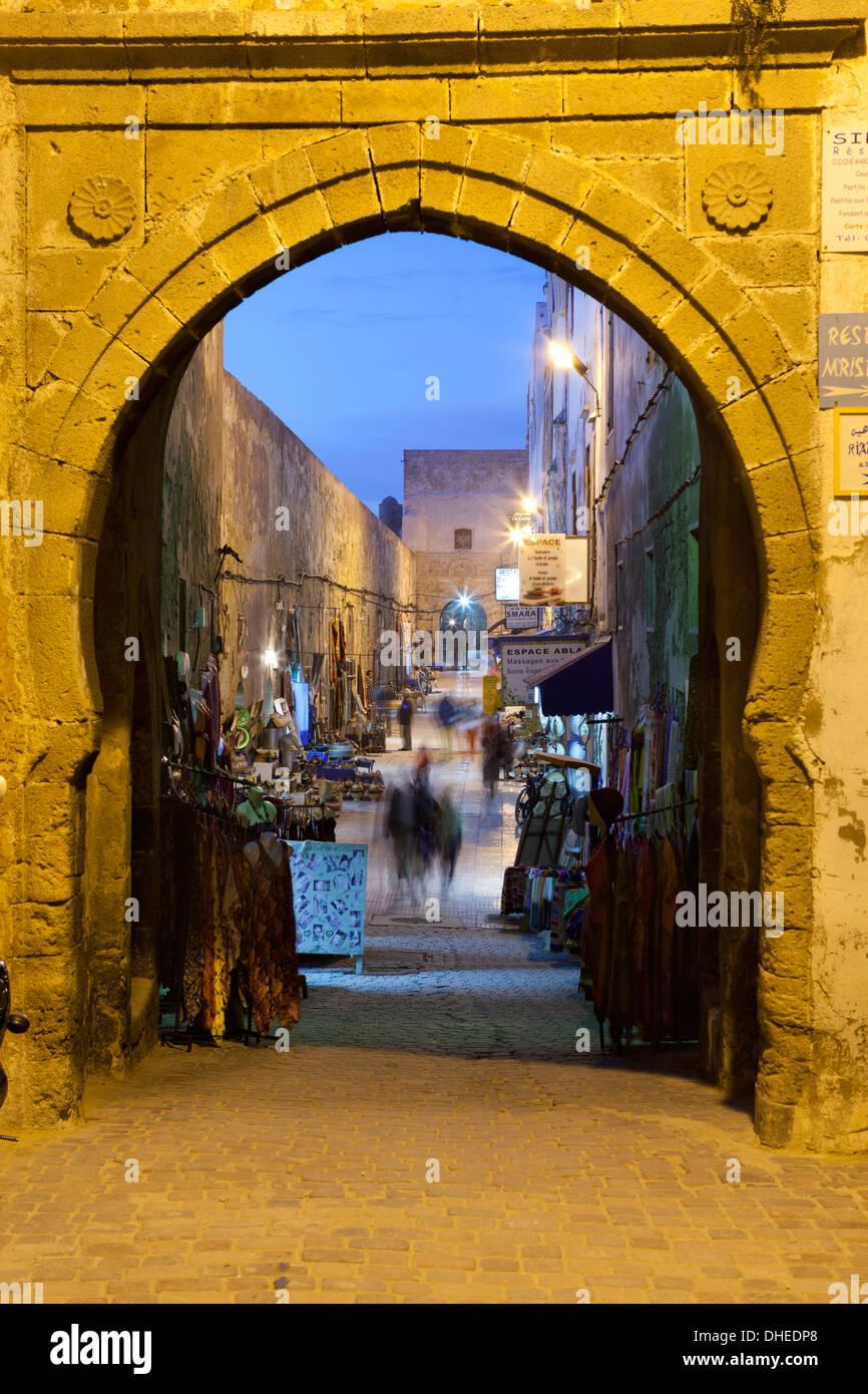 Rue De La Skala in der Medina in der Nacht, UNESCO-Weltkulturerbe, Essaouira, atlantische Küste, Marokko, Nordafrika, Stockbild