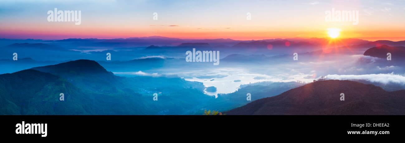 Adams Peak (Sri Pada) Blick auf den Sonnenaufgang, Berge und das Maussakele Reservoir, Central Highlands, Sri Lanka, Asien Stockbild