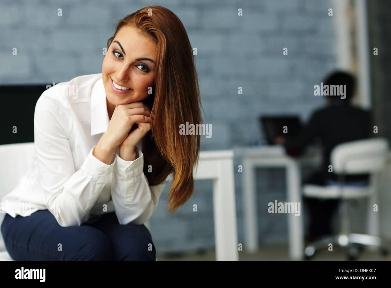 Porträt einer jungen glücklich Geschäftsfrau im Büro Stockfoto