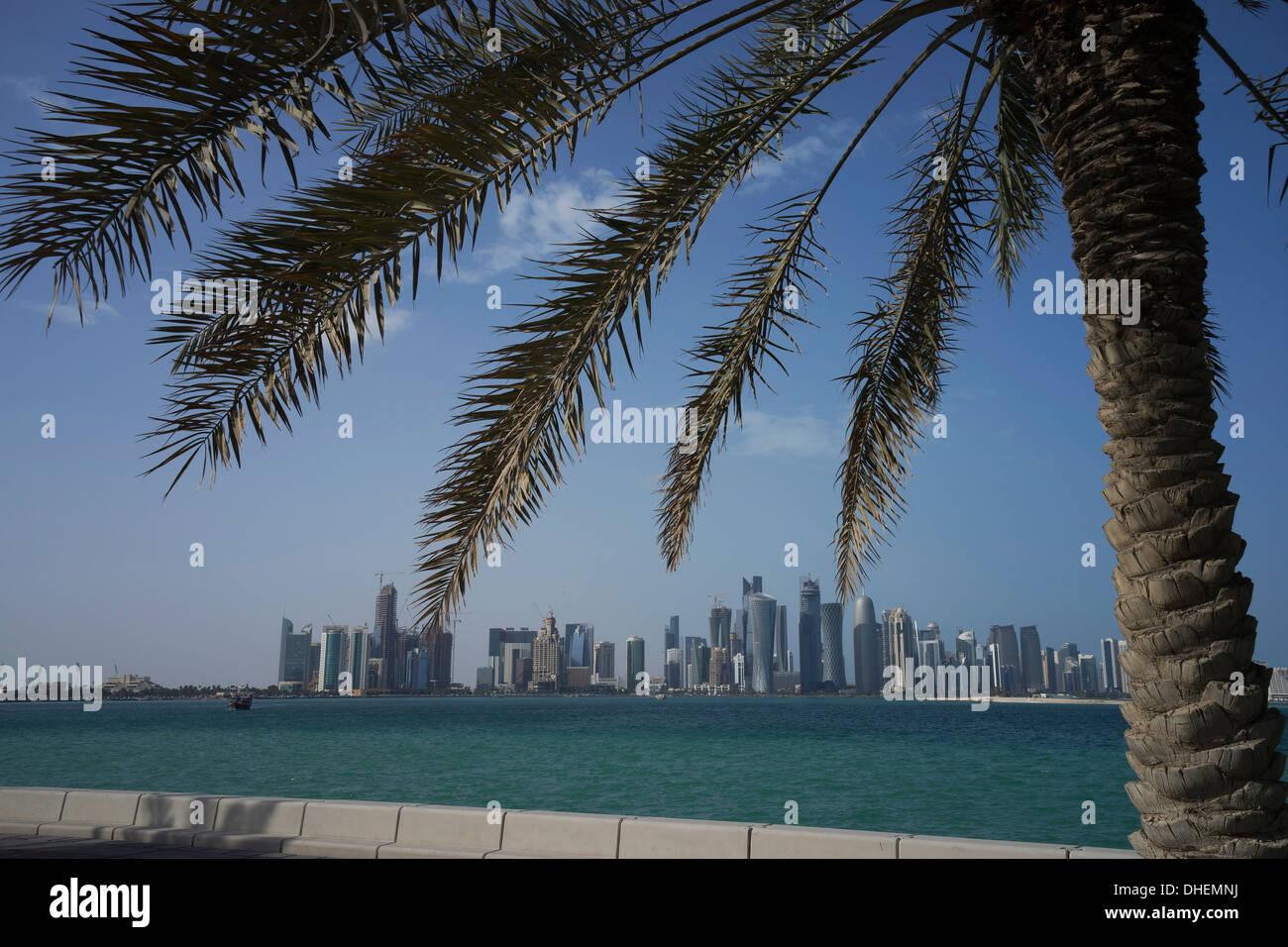 Futuristische Wolkenkratzer auf fernen Doha Skyline, Katar, Nahost Stockbild