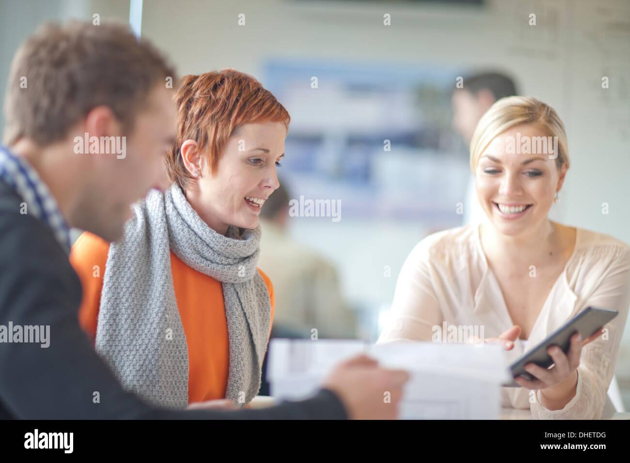 Geschäftsleute, Blick auf digital-Tablette Stockbild