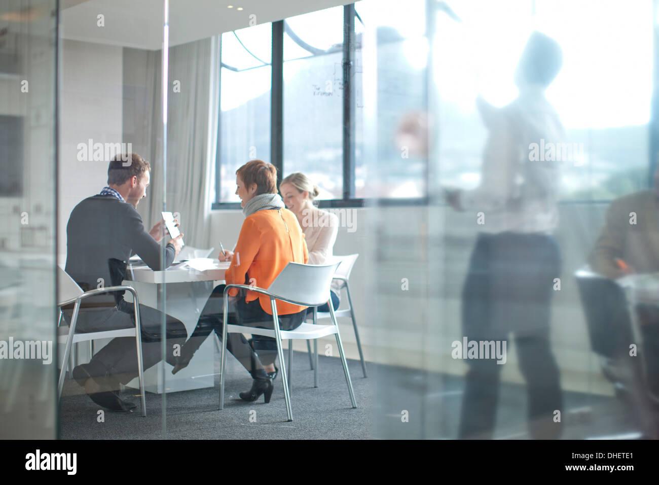 Geschäftsleute treffen am Konferenztisch Stockbild