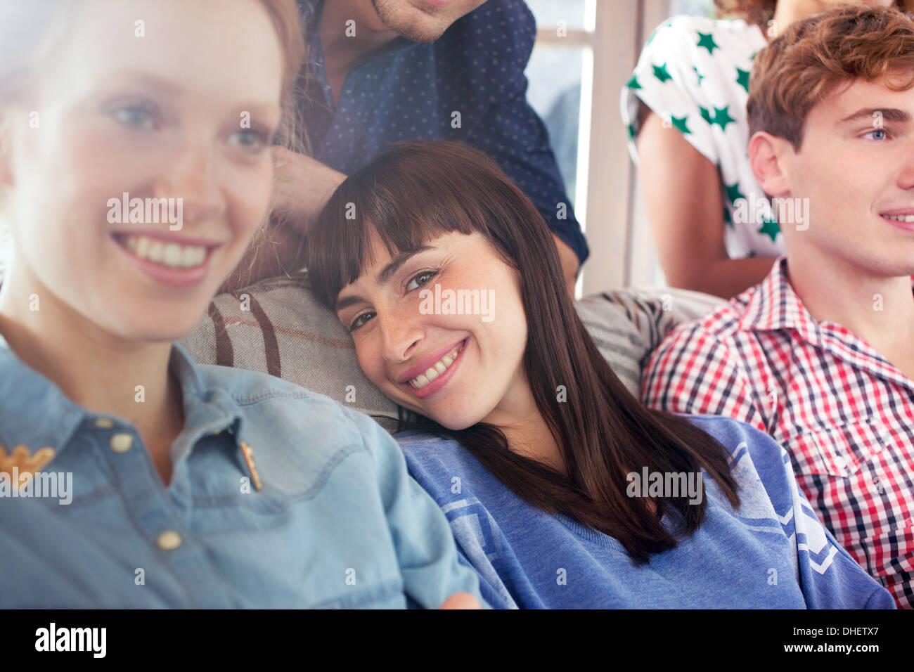Brünette Frau lächelnd Stockbild