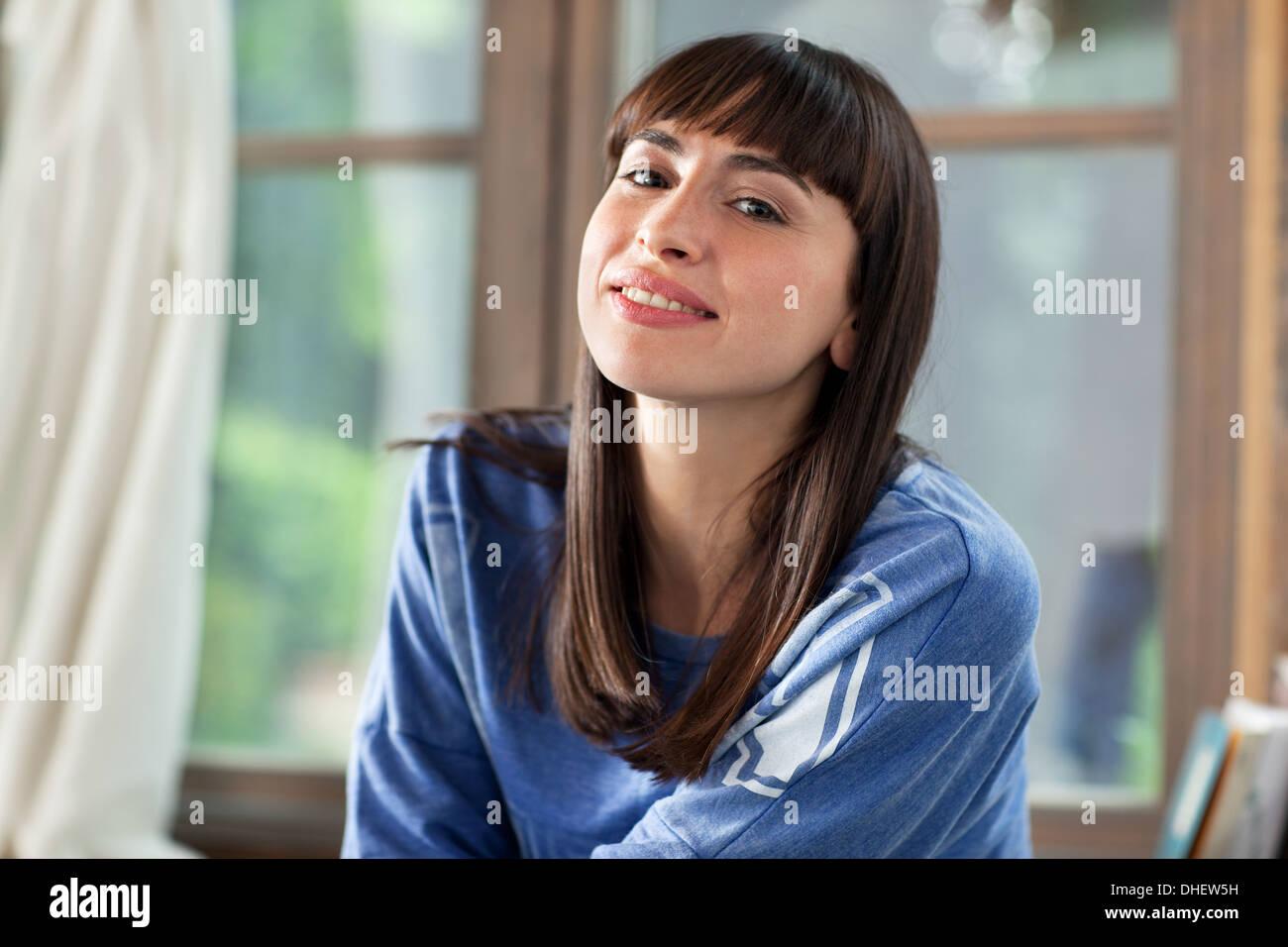 Porträt von Brünette Frau lächelnd Stockbild