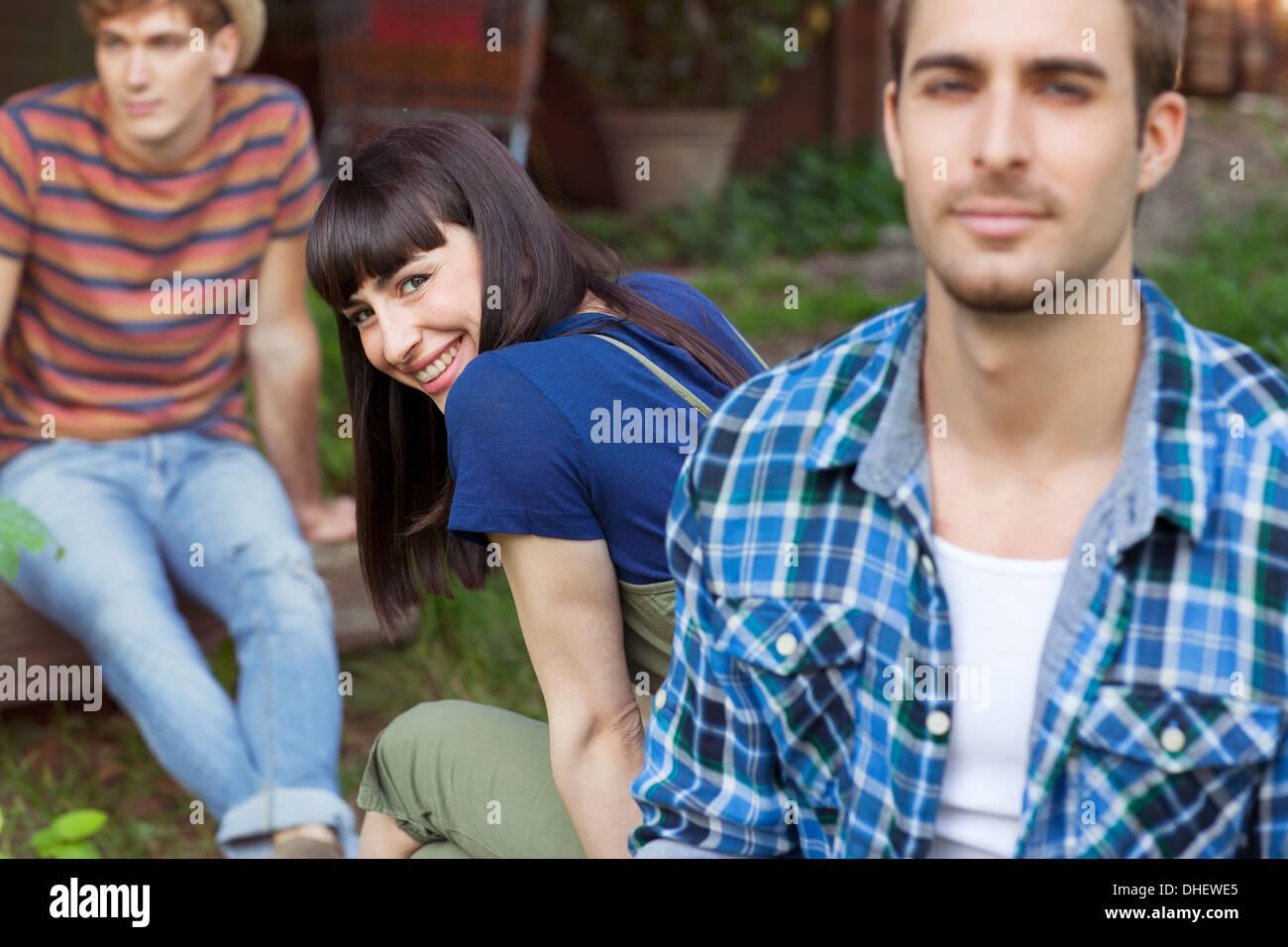 Brünette Frau auf der Suche über die Schulter in Richtung Kamera Stockbild