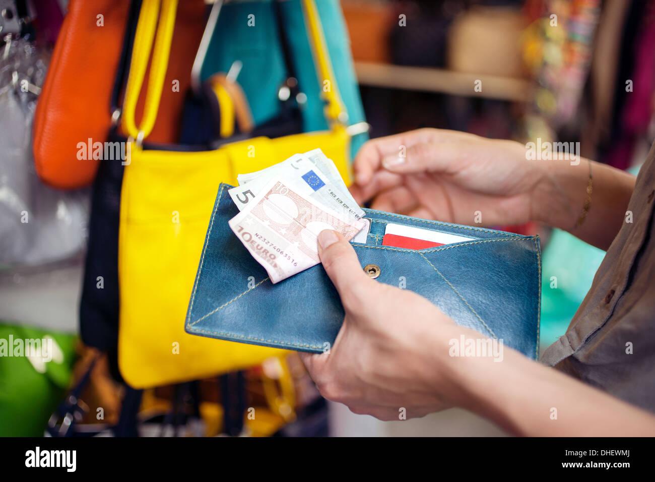 Junge Frau Kauf Handtasche, Markt von San Lorenzo, Florenz, Toskana, Italien Stockbild