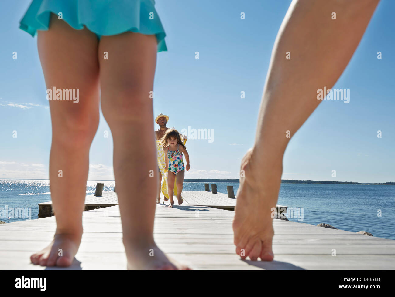 Nahaufnahme von Familie gehen auf Pier, Utvalnas, Hotels, Schweden Stockbild