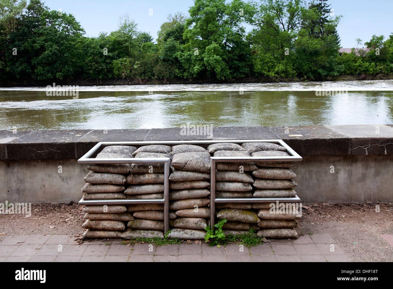 Sandsäcke gefertigt aus Beton, Mahnmal am Fluss Weser, Hameln, Niedersachsen, Deutschland, Europa, Stockbild