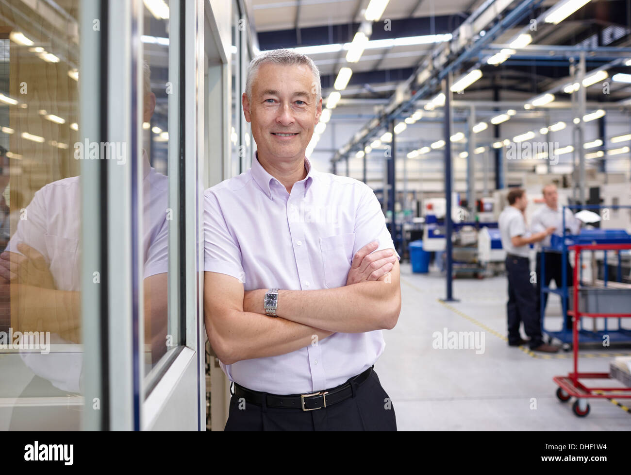 Porträt des Managers mit in engineering Fabrik verschränkten Armen Stockbild