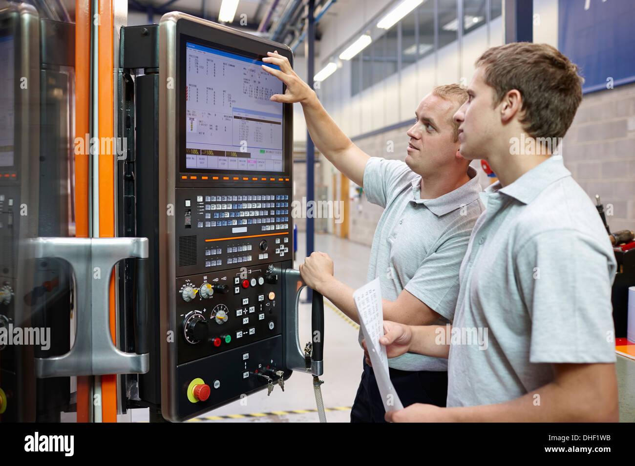 Blick auf Computer-Monitor in engineering Fabrik Arbeiter Stockbild