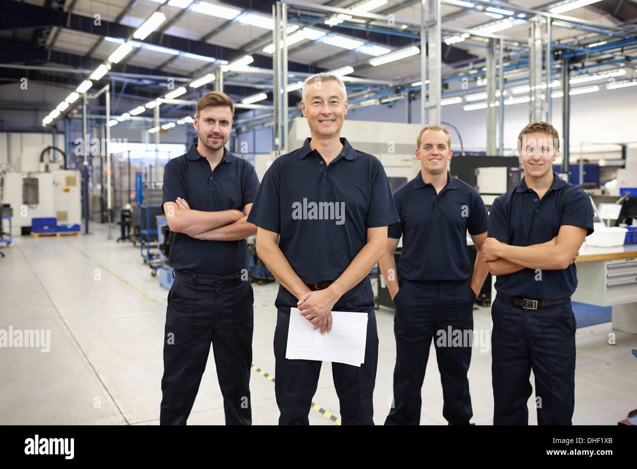 Porträt von vier Arbeiter in engineering Fabrik Stockbild
