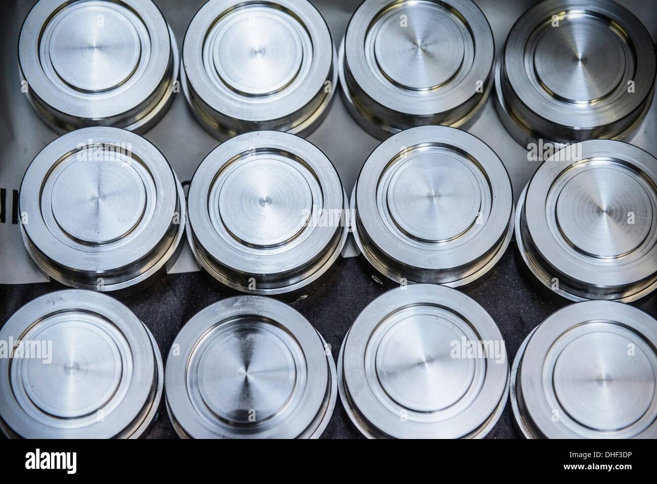 Stapel von Roh- und naturbelassenen Stahlscheiben in Fabrik, Draufsicht Stockbild