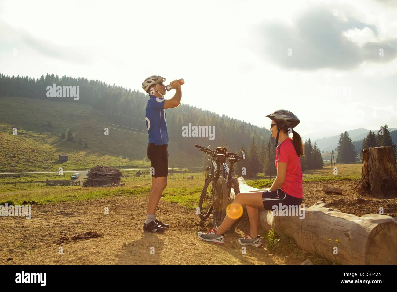 Mann und Frau ruht mit Mountain-Bikes, Steiermark, Österreich Stockbild