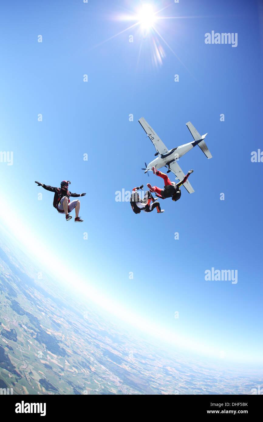Fallschirmspringer frei fallen über Leutkirch, Bayern, Deutschland Stockbild