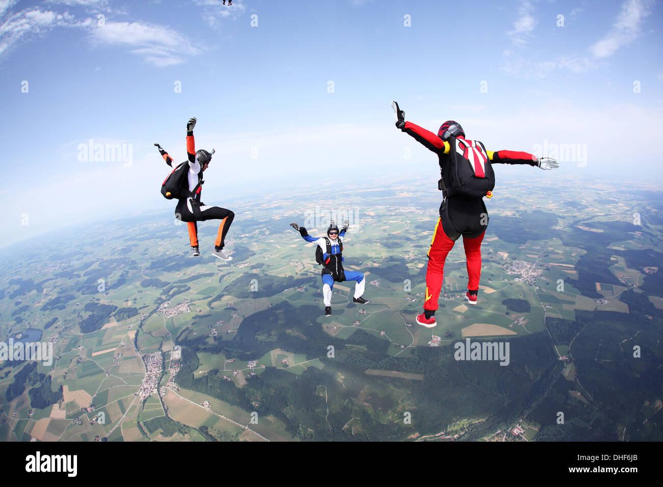 Drei Fallschirmspringer frei fallen über Leutkirch, Bayern, Deutschland Stockbild