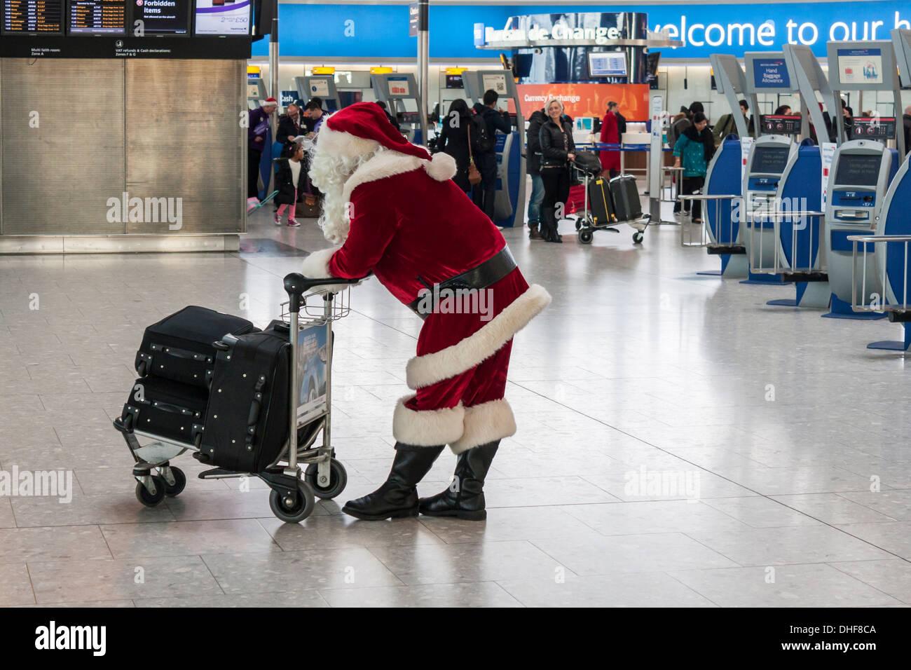 Weihnachtsmann wartet am T5 Flughafen Heathrow, London.  Weihnachten Reisekonzept Verzögerungen. Stockbild