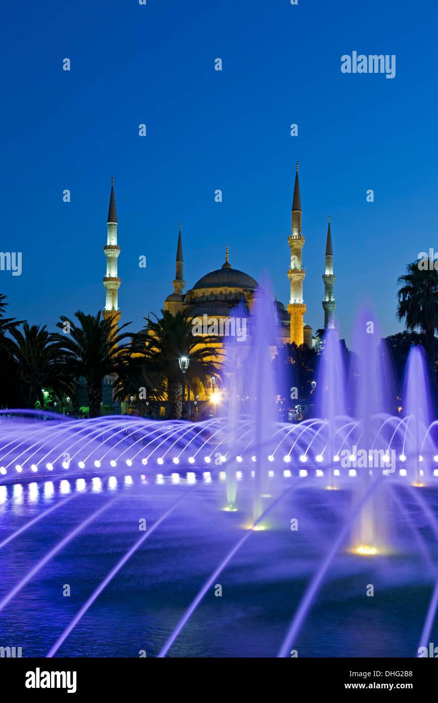 Brunnen und der Blauen Moschee, Istanbul, Türkei Stockbild