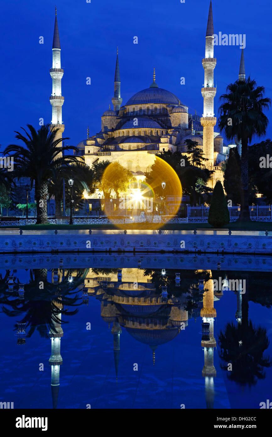 Blaue Moschee spiegelt sich am Pool, Istanbul, Türkei Stockbild