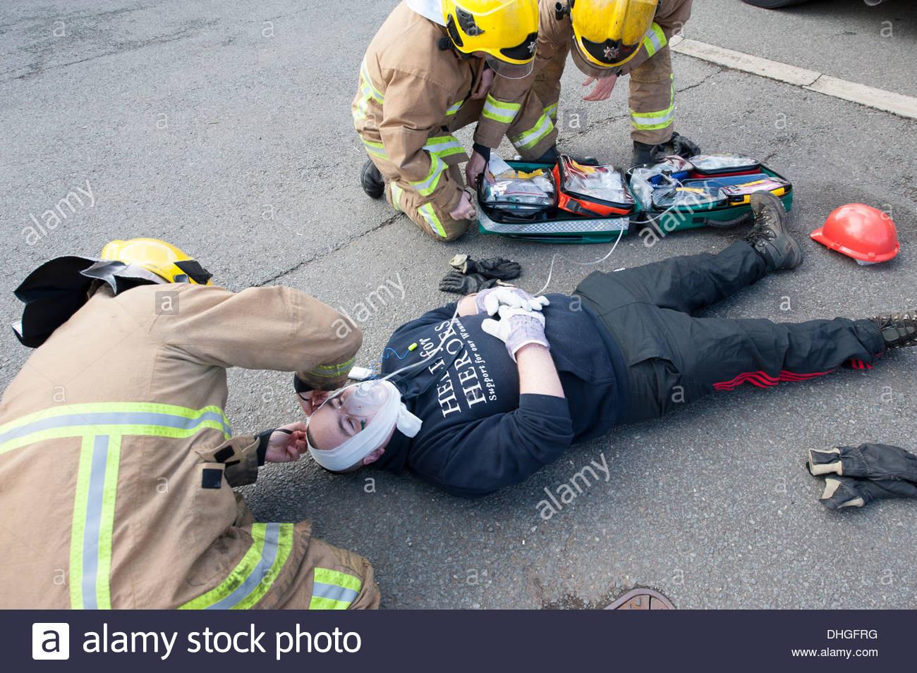 Feuerwehrleute, die erste Hilfe für Unfall SIMULATION Stockfoto ...