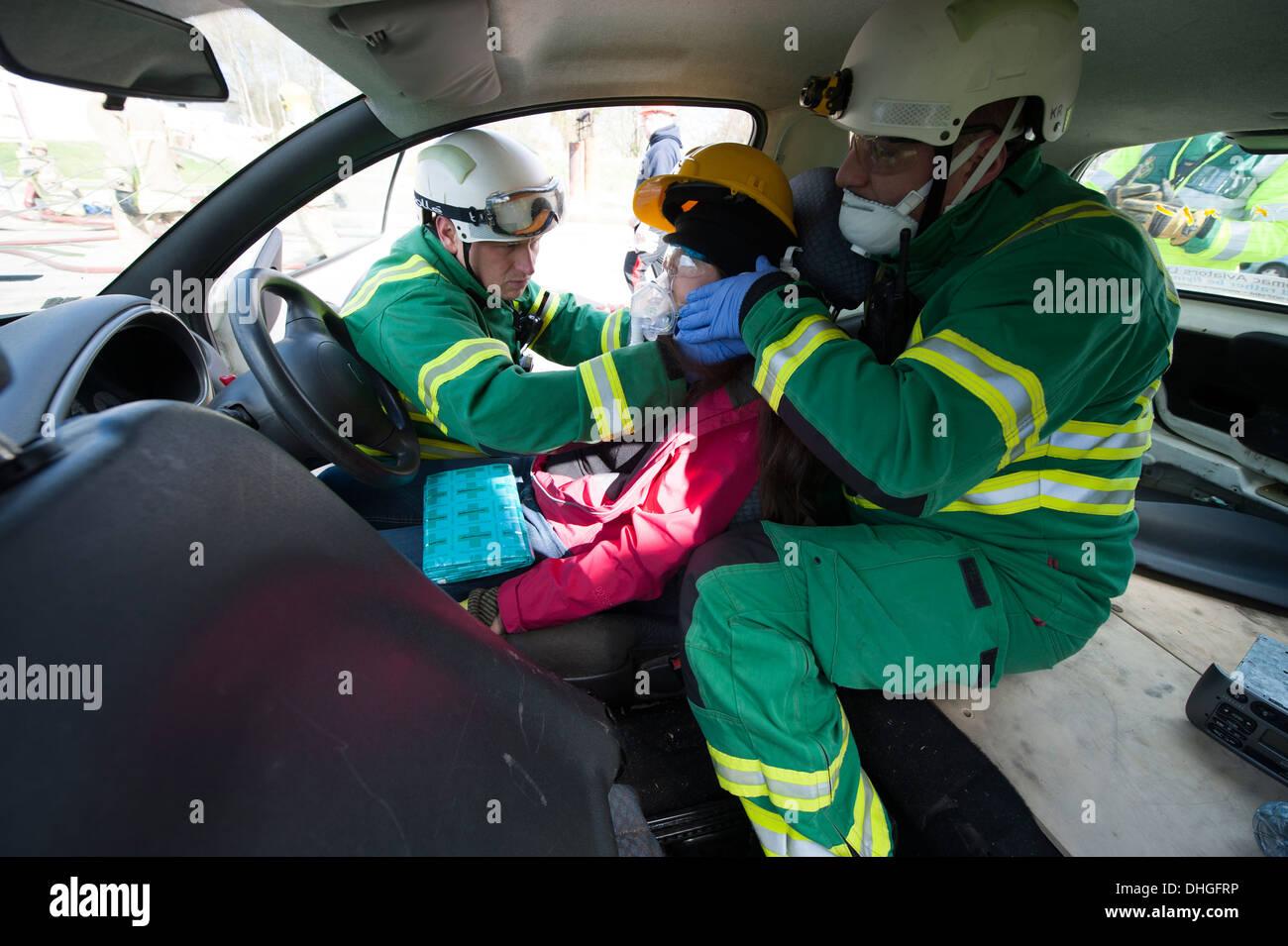 Sanitäter, die Stabilisierung der Wirbelsäule C Auto crash Unfall ...