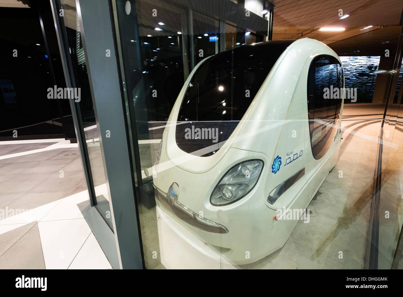 Fahrerlose Autos der PRT persönliche schnelle Transport-Pod am technischen Institut Masdar City in Abu Dhabi Vereinigte Arabische Emirate Stockbild