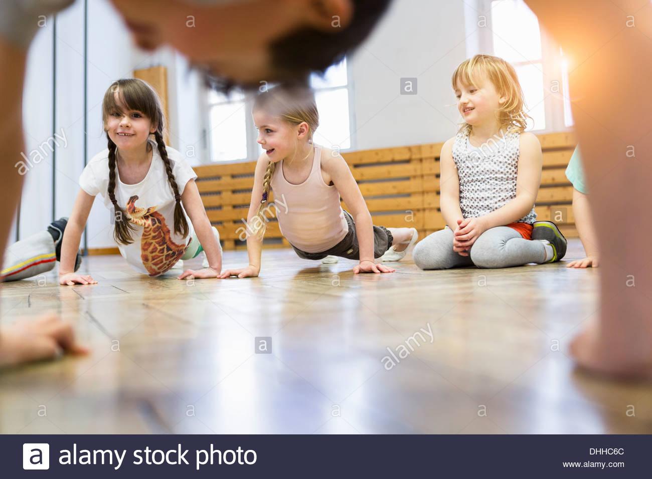 Kinder tun Liegestütze Stockbild