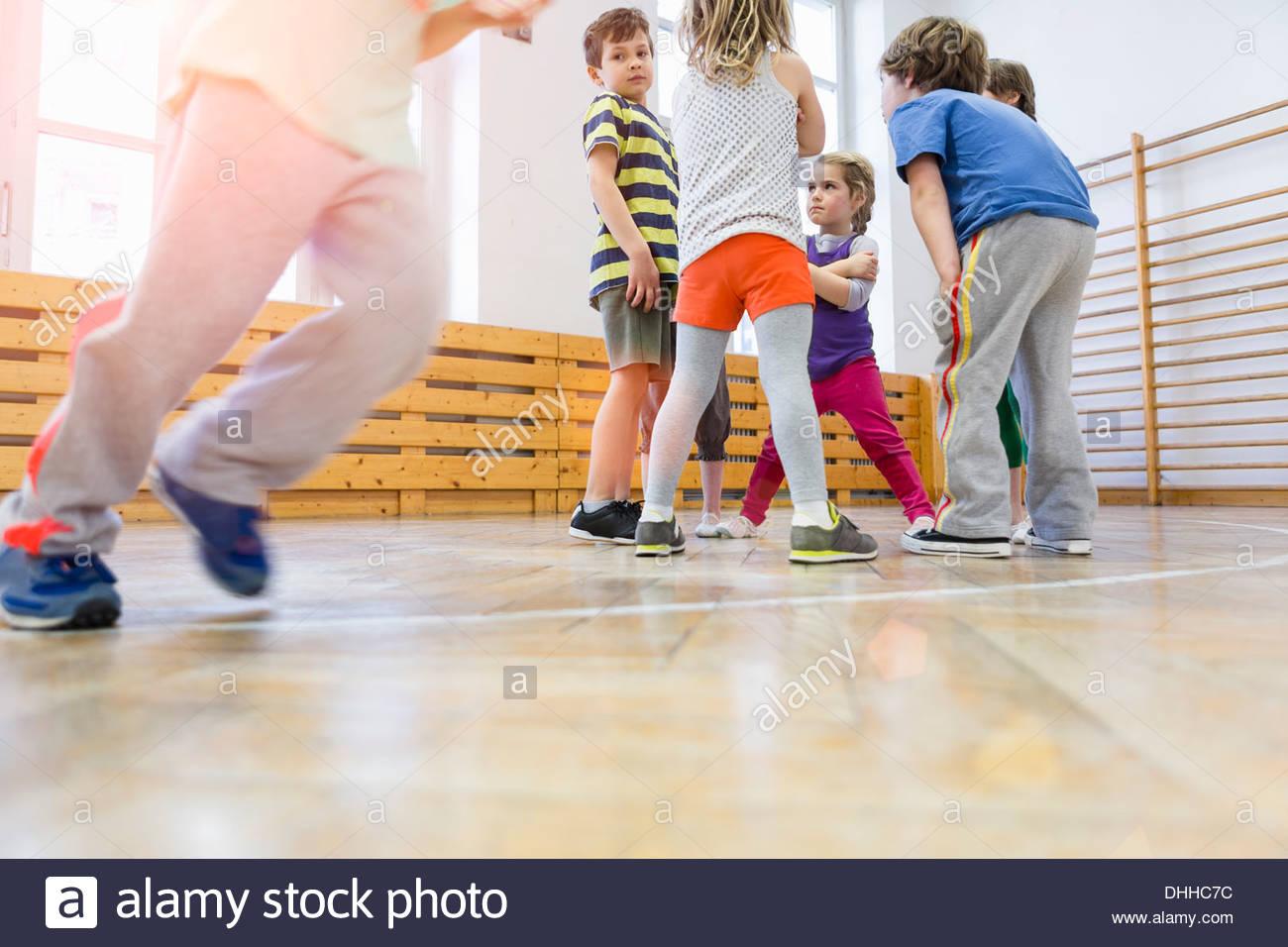 Mädchen spielen in der Turnhalle Stockbild