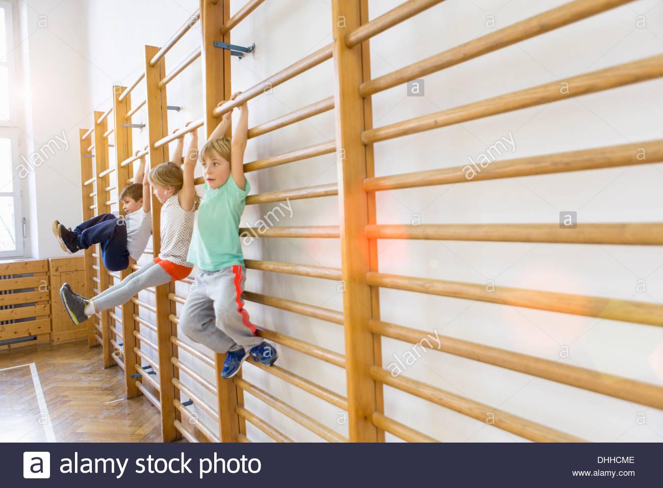 Klettergerüst Am Hang : Jungs hängen klettergerüst in der schule stockfoto bild: 62463422